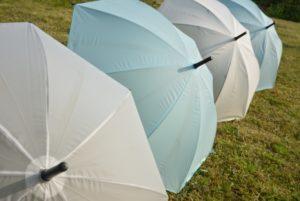 並んだビニール傘