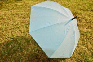 外に置いたビニール傘