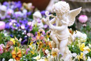 花と天使の像