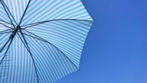 天日で乾かす傘