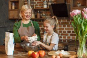 孫と料理をする女性
