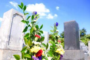 お墓と青空