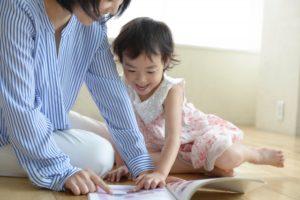 読書をする母子